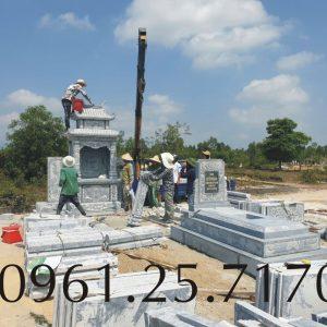 Lắp dựng mộ đá hai mái tại công trình.